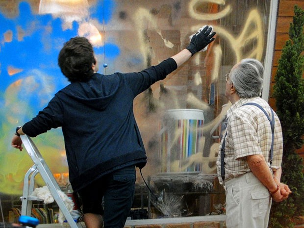 Samuel limpa a própria sujeira (Foto: Cheias de Charme / TV Globo)