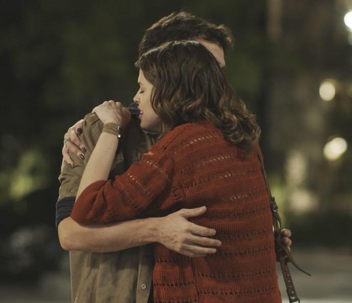 Camila procura Giovanni para implorar por ajuda (Foto: TV Globo)