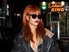 Decotada, Rihanna deixa tatuagem indiscreta à mostra