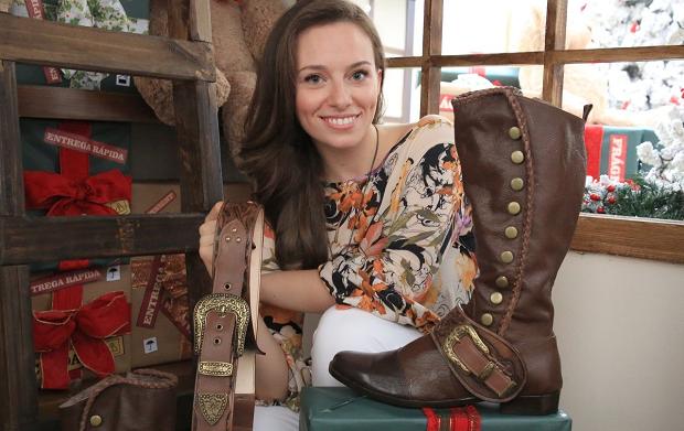 Verônica Thomazini com as botas e cintos do Noel do Vale Sul (Foto: Julio Sonnewend/ Vale Sul Shopping)