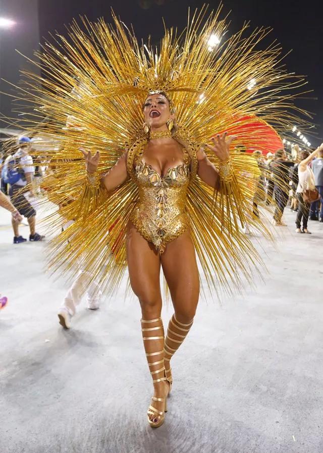 Fabiana Teixeira como musa dos compositores da Tom Maior no Carnaval do ano passado (Foto: Edu Saraiva/Editora Globo)