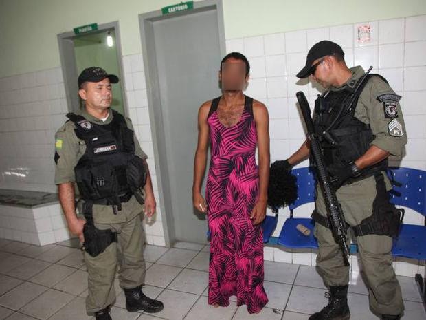 Homem tentou escapar se vestindo de mulher (Foto: Divulgação/Polícia Militar)