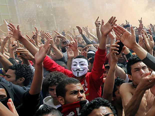 Torcedores do Al-Ahly gritam em frente à sede do clube neste sábado (9) (Foto: Amr Nabil/AP)