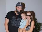 Henri Castelli vai com filha e namorada a peça de Tania Khalill e Jair Oliveira
