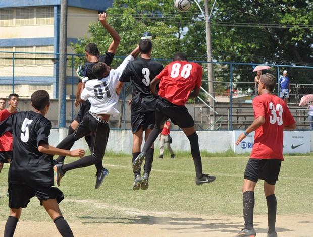 Vila Kennedy (preto) bateu a Coreia (vermelho) por 4 a 0 (Foto: Divulgação CUFA)