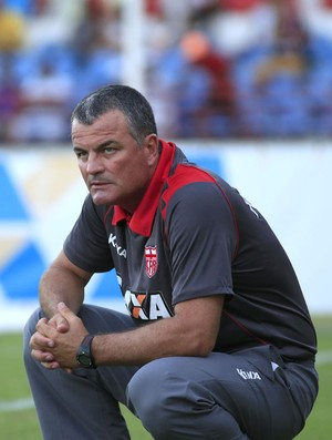 Técnico do CRB, Mazola Júnior observa jogo  (Foto: Ailton Cruz/ Gazeta de Alagoas)