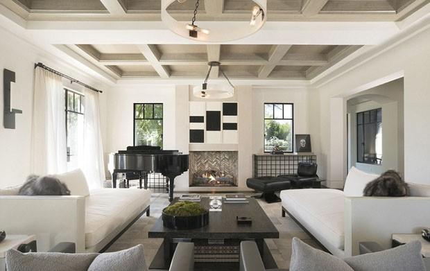 Kourtney Kardashian revela sua sala de estar com poltrona de Niemeyer (Foto: Divulgação)