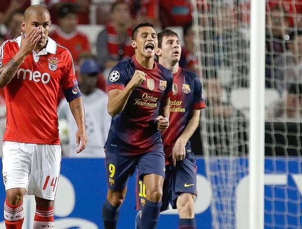 Alexis Sanchez comemora gol do Barcelona contra o Benfica (Foto: AP)