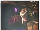 Filha de Scheila Carvalho vai de limousine à festinha de dois anos