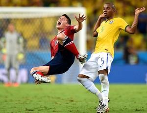 James Rodriguez e Fernandinho- brasil x colômbia  (Foto: AFP)