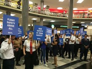 Manifestação de comissários de bordo e pilotos no Aeroporto de COngonhas (Foto: Tatiana Santiago/G1)