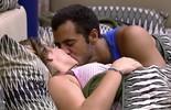 Maria Claudia e Matheus dão beijinho antes de dormir