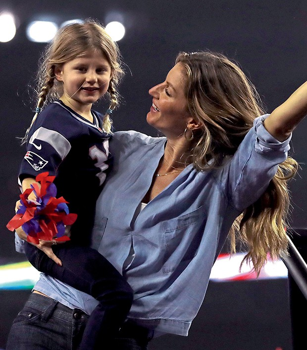 Gisele Bündchen e a filha, Vivian Lake, celebram o título  (Foto:  )