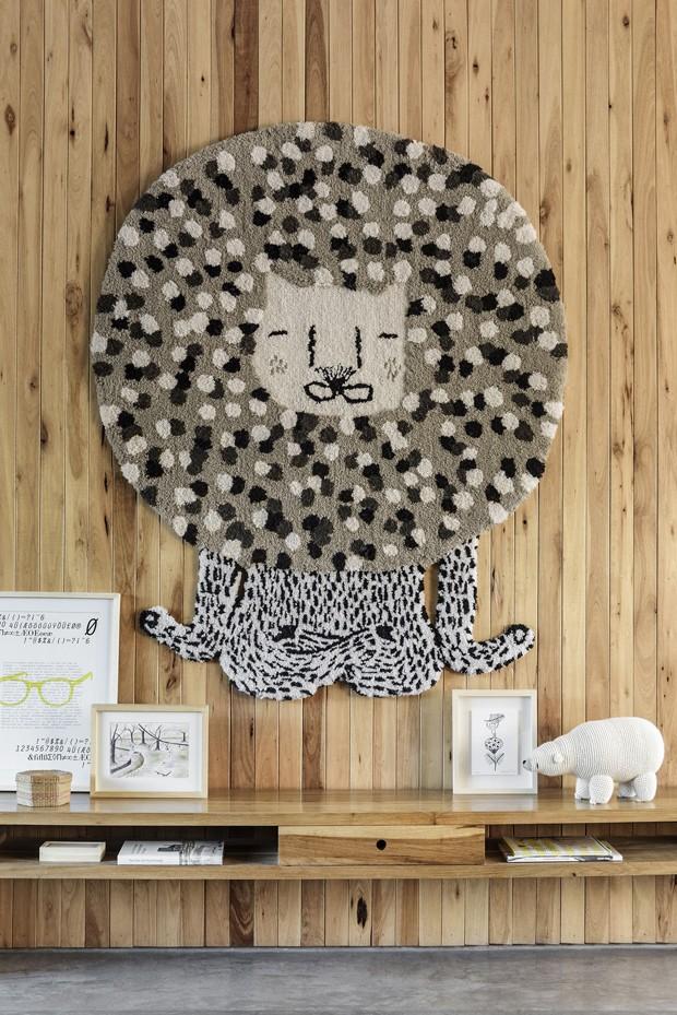 Décor do dia: tapete divertido na parede da sala (Foto: divulgação)