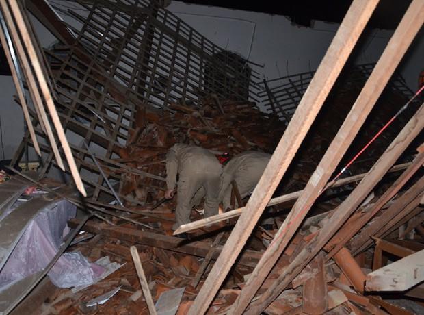 Bombeiros vasculharam os escombros dentro da Igreja Adventista do Sétimo Dia procurando por pessoas feridas (Foto: Walter Paparazzo/G1)