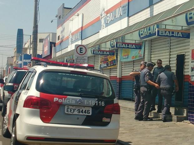 Momento em que a polícia entrou na loja  (Foto: Priscilla Mota/TV TEM)