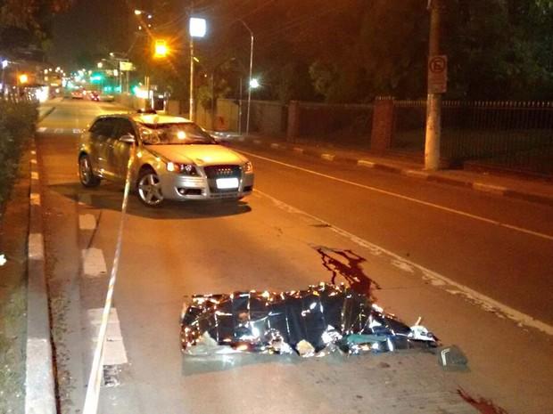 Corpo do ciclista atropelado por um Audi na Avenida Santo Amaro (Foto: Hélio Torchi/SigmaPress/Estadão Conteúdo)