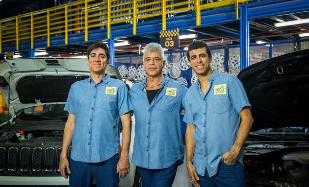 """Lulu Santos gravou o """"Tá no ar"""" como um mecânico, ao lado de Marcelo Adnet e Marcius Melhem.  (Foto: TV Globo/Paulo Belotte)"""
