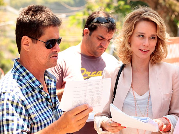 Mariana ouve as orientações do diretor Marcelo Zambelli antes de gravar (Foto: Guerra dos Sexos / TV Globo)