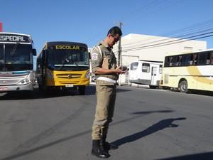 SMTT multou os motoristas de veículos em fila dupla. (Foto: Natália Souza/G1)