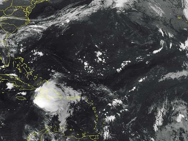 Imagem de satélite mostra a tempestade Erika rumando para Cuba (Foto: Weather Underground / via AP Photo)