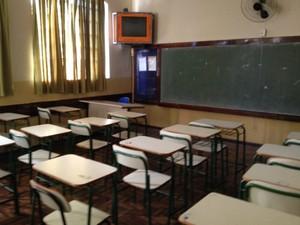 Salas de aulas amanheceram vazias no Colégio Estadual José de Anchieta, em Londrina (Foto: Alberto D'Angele/RPC)