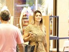 Kelly Key exibe pernas com vestido de oncinha em shopping no Rio
