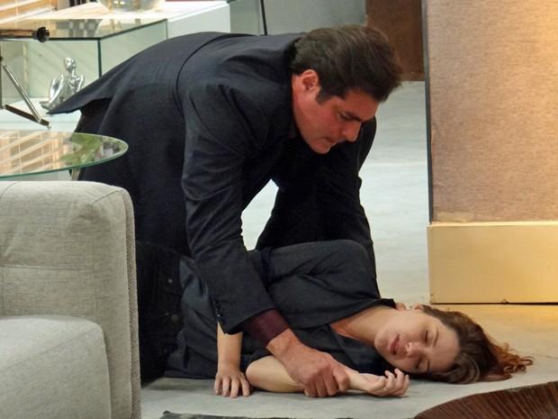 Marcos fica com medo da jornalista não sobreviver (Foto: TV Globo)