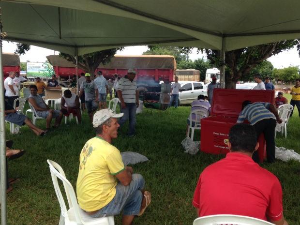 Almoço coletivo de caminhoneiros as margens da BR-163 durante protesto (Foto: Tatiane Queiroz/ G1 MS)
