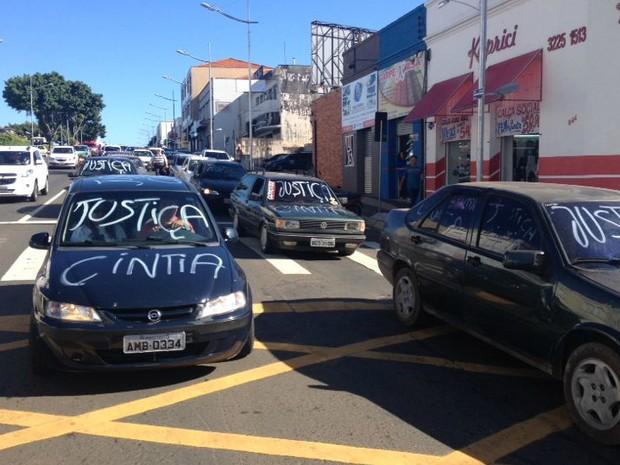 Carros fizeram buzinaço durante o ato (Foto: Wesley Cunha/RPC Ponta Grossa)