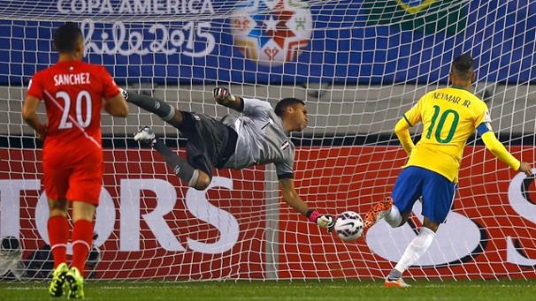 Neymar marca contra o Peru na estreia do Brasil na Copa América; seleção enfrenta Colômbia, quarta (Foto: Reuters)