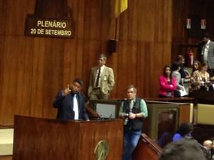 Jardel fala na tribuna da Assembleia após denúncias de acordo com o governo do RS (Foto: Roberta Salinet/RBS TV)