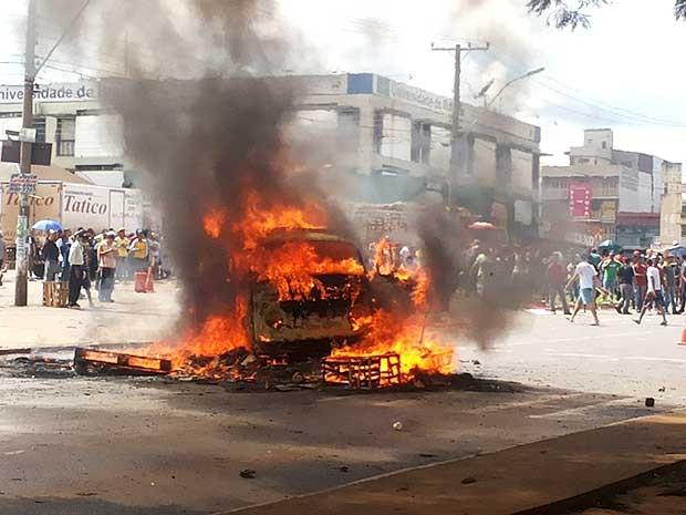 Carro incendiado por manifestantes que protestam contra fechamento de supermercado Tatico em Ceilândia (Foto: Isabella Formiga/G1)