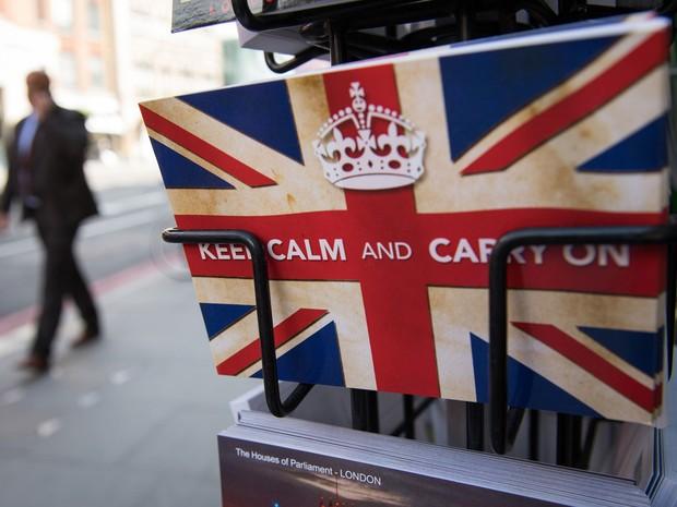 """Cartão postal com o slogan """"Siga em frente"""" é encontrado em banca de jornal em Londres  (Foto: Leon Neal/AFP)"""