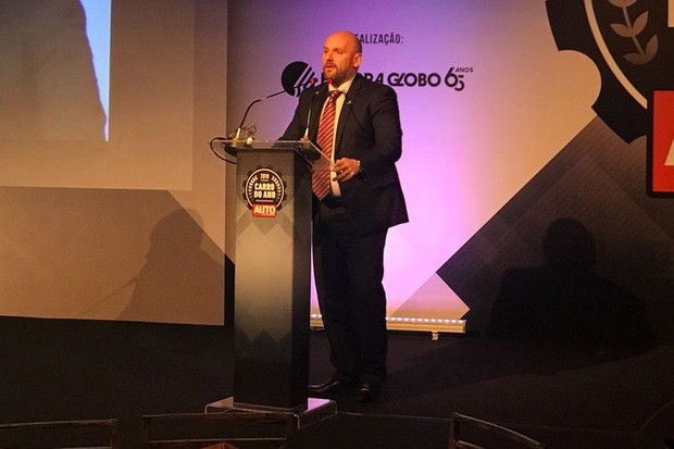 Fernão Silveira, diretor de comunicações para a Ford América do Sul, sobe ao palco para buscar o prêmio (Foto: Autoesporte)