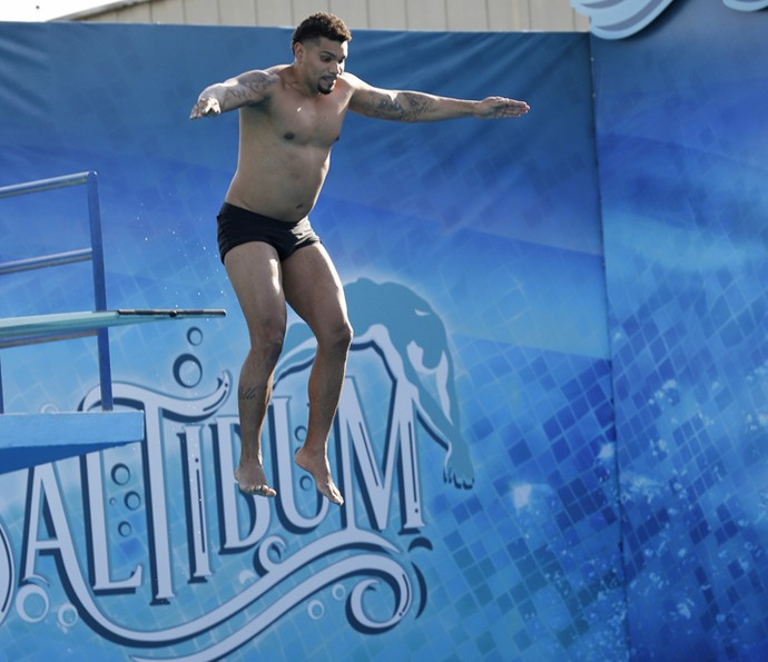 Naldo Benny supera o medo e salta na piscina! (Foto: Ellen Soares / Gshow)