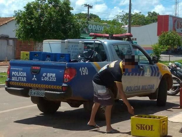 Caminhonete da PM é flagrada com caixas de cerveja em carroceria (Foto: Divulgação)