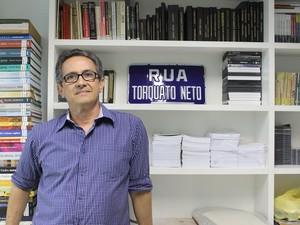 George Mendes, primo de Torquato Neto, é o curador do acervo do Anjo Torto. (Foto: Carlienne Carpaso/G1)