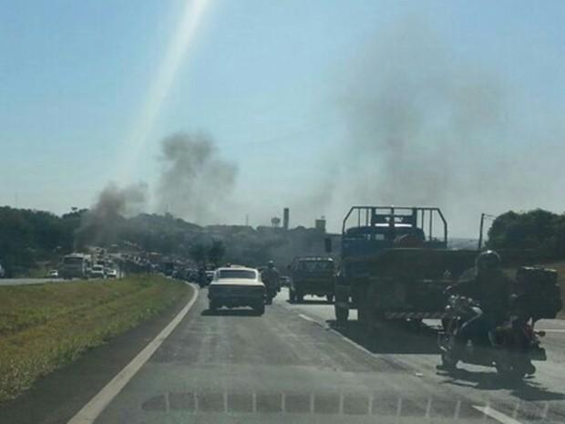 Fumaça do veículo podia ser vista de longe (Foto: Edwin Gabriel/TV TEM)