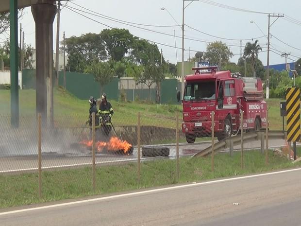 Vândalos colocaram fogo em pneus na Rodovia do Açúcar, em Piracicaba (Foto: Edijan Del Santo/EPTV)