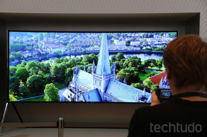 TV UHD da Samsung tem tela dobrável conforme necessidade do usuário (Foto: Fabrício Vitorino/TechTudo)