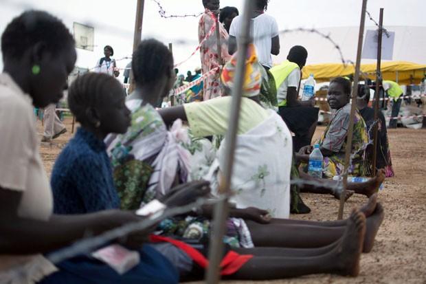 Refugiados aguardam em fila para receber comida em Tomping, no Sudão do Sul, nesta quinta-feira (27) (Foto: Charles Lomodong/AFP)