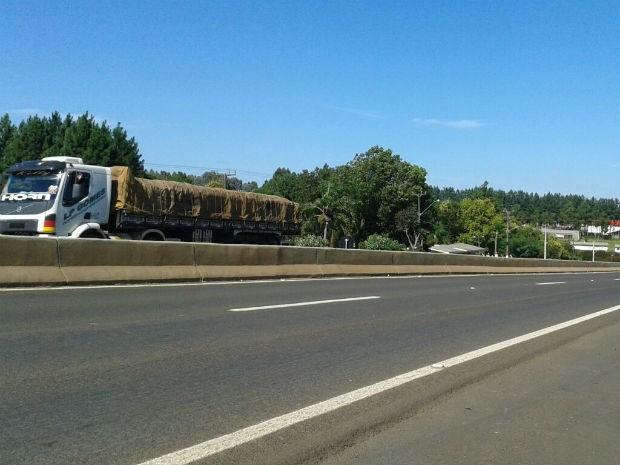 Após fim de manifestação, trânsito flui normalmente na manhã desta segunda-feira (2) (Foto: Valdinei Oliveira/RPC)