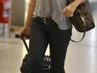 Com look discreto, Cleo Pires é fotografada em aerorporto