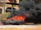 Carro pega fogo em avenida após condutor encher o tanque em posto