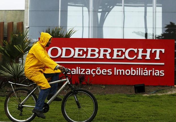 Ciclista passa diante da sede da Odebrecht no Rio de Janeiro (Foto: Pilar Olivares/REUTERS)