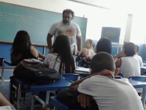 Professor perde muito tempo colocando a classe em ordem (Foto: Reprodução/TV Gazeta)