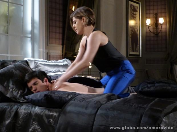 Edith faz massagem em Félix (Foto: Amor à Vida / TV Globo)