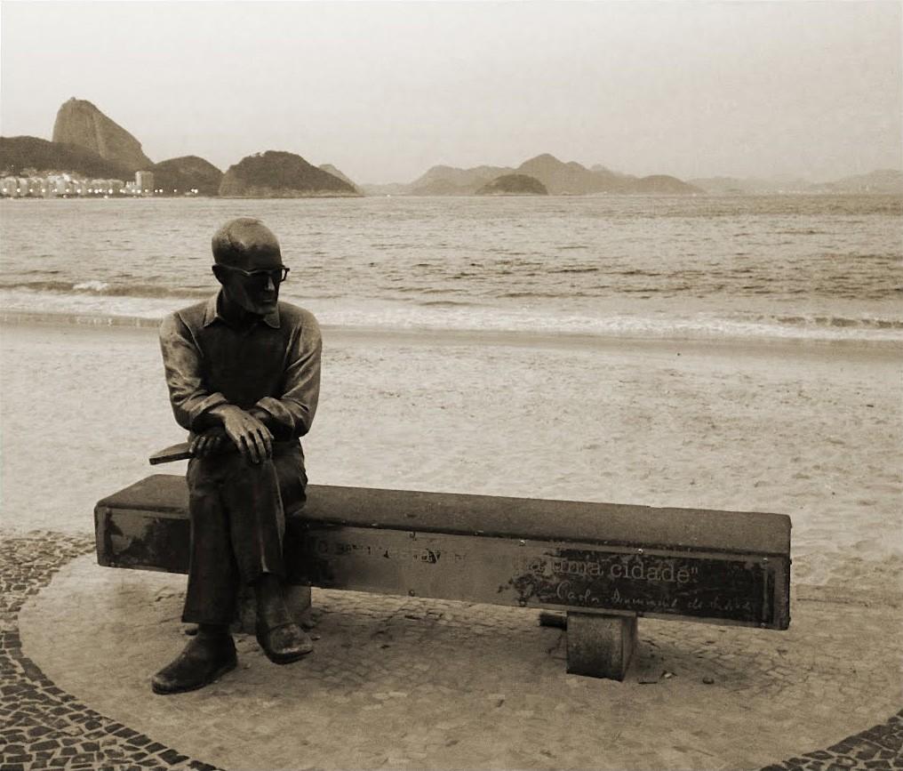 Estátua de Carlos Drummond de Andrade no Rio de Janeiro (Foto: Okitron/Wikimedia Commons)