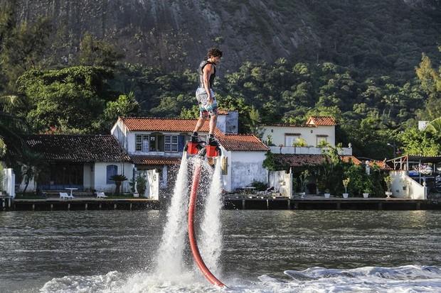 Jesus Luz praticando flyboard (Foto: Divulgação)